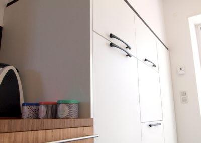 Cuisine Design à Quimperlé 29, par le faiseur de Choses, Architecte d'intérieur UFDI : linéraire d'armoires en colonne avec lave-vaisselle intégré.