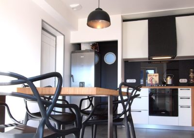 Cuisine Design à Quimperlé 29, par le faiseur de Choses, Architecte d'intérieur UFDI : Vue vers le frigo et le cellier.