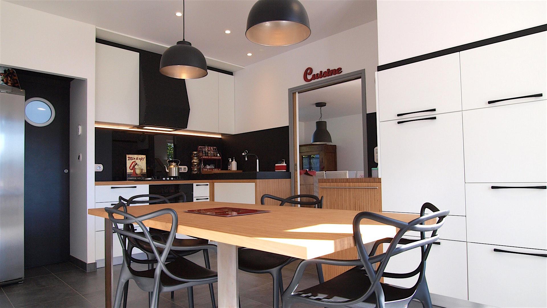 Cuisine Design à Quimperlé 29 par Le faiseur de Choses, Architecte d'intérieur UFDI : blanche et noire texturée, bois lamellé et chaises masters Kartell
